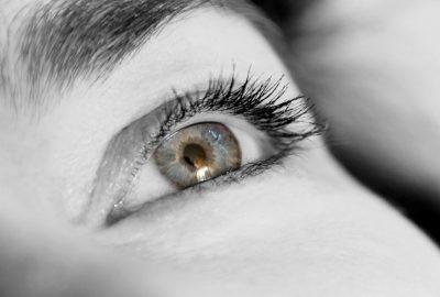 közel ülő szemek